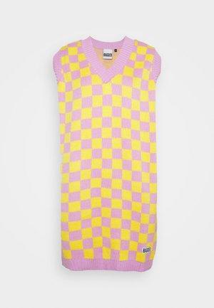 VINYL DRESS - Pletené šaty - yellow/lilac