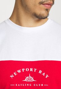 Newport Bay Sailing Club - BLOCK - Print T-shirt - black/red/white - 5