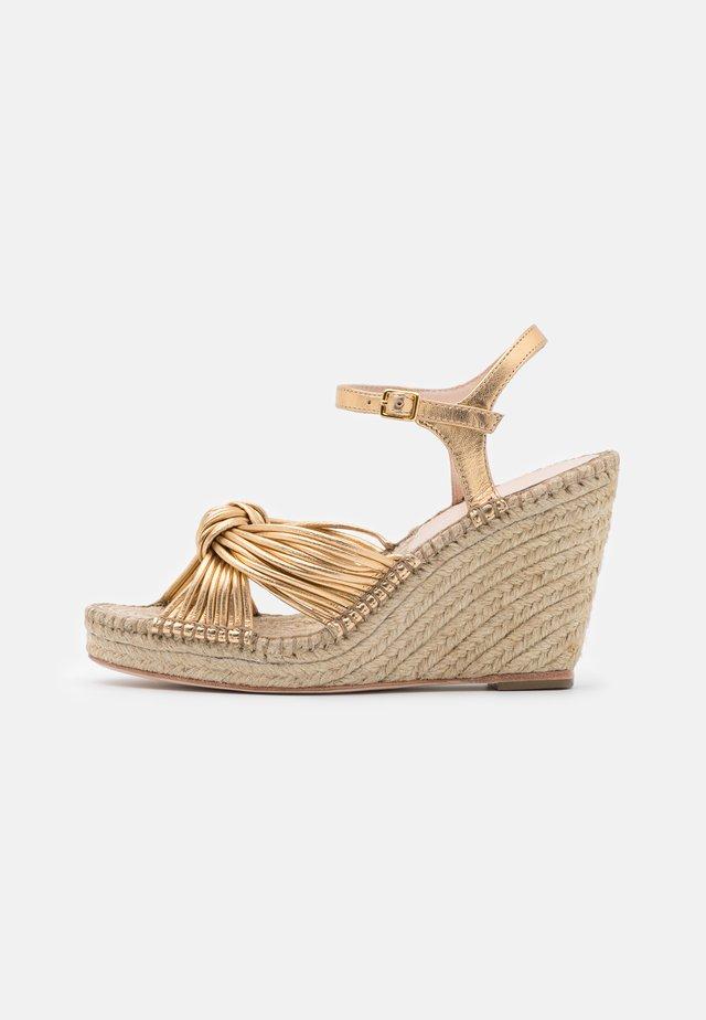 PRIYA - Sandály na platformě - gold