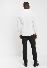 OLYMP Level Five - BODY FIT - Formal shirt - off-white - 2