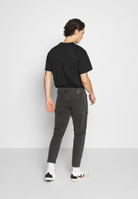 Only & Sons - ONSAVI BEAM WASH WITH CHAIN - Vaqueros tapered - black denim - 2
