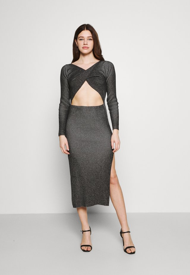 LONG SLEEVE PLATED MIDI DRESSW TWIST - Strikket kjole - black