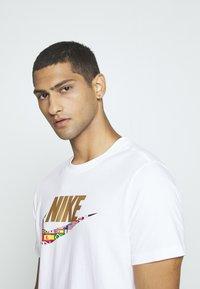 Nike Sportswear - TEE PREHEAT  - T-shirt con stampa - white - 3