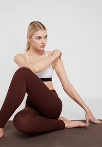 Yogasearcher - ASANA - Legging - cacao - 3