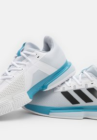 adidas Performance - SOLEMATCH BOUNCE - All court tennisskor - footwear white/core black/half blue - 5