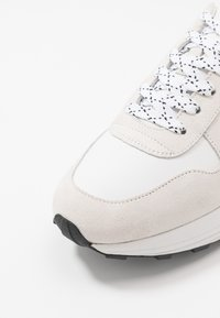 CLOSED - Trainers - white - 5