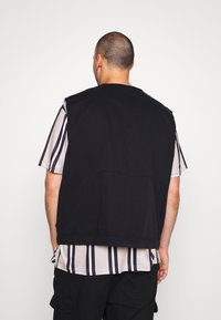 Another Influence - ANOTHER INFLUENCE PLUS UTILITY VEST  - Liivi - black - 2