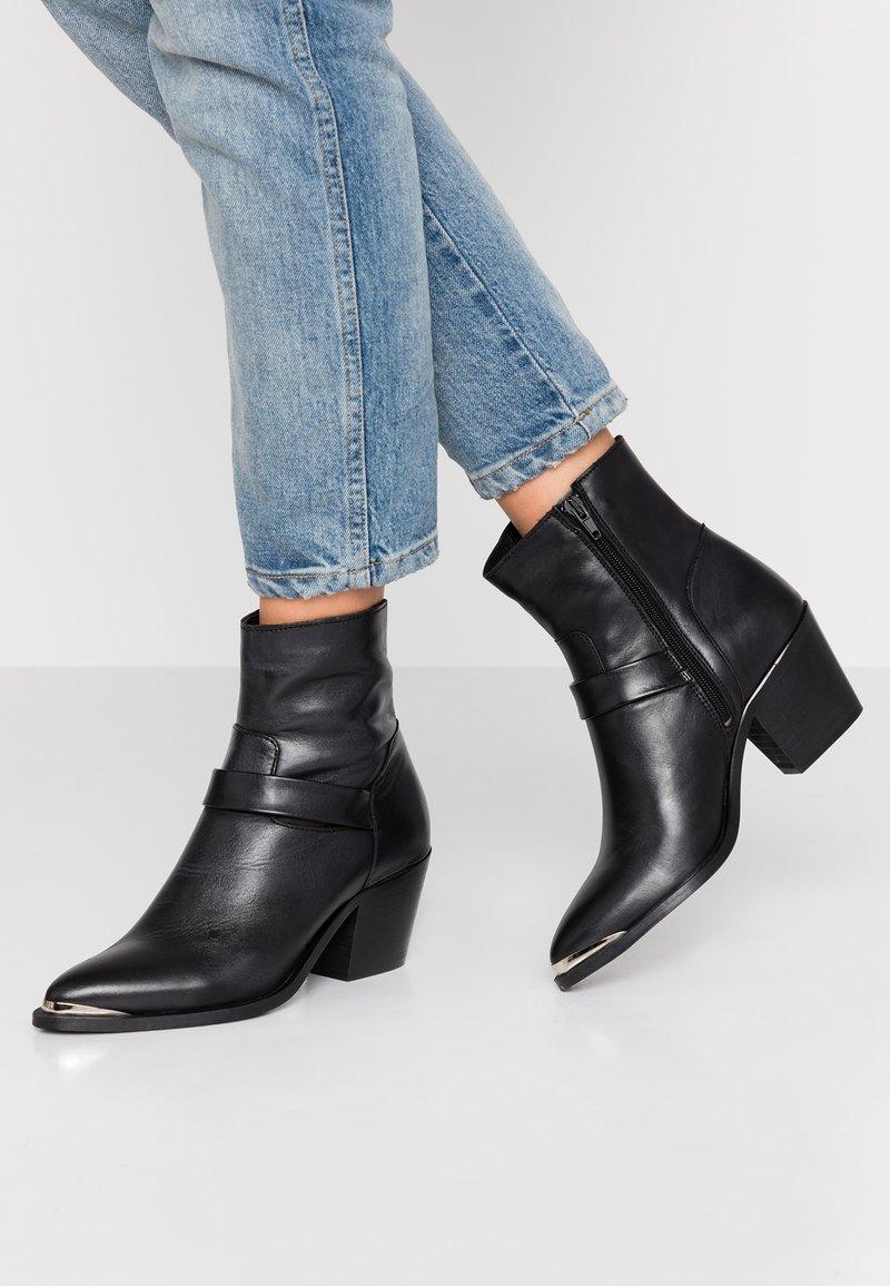 Vero Moda - VMKENA BOOT - Cowboy/biker ankle boot - black