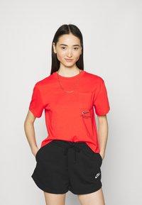 Nike Sportswear - T-shirt med print - light crimson/black - 0