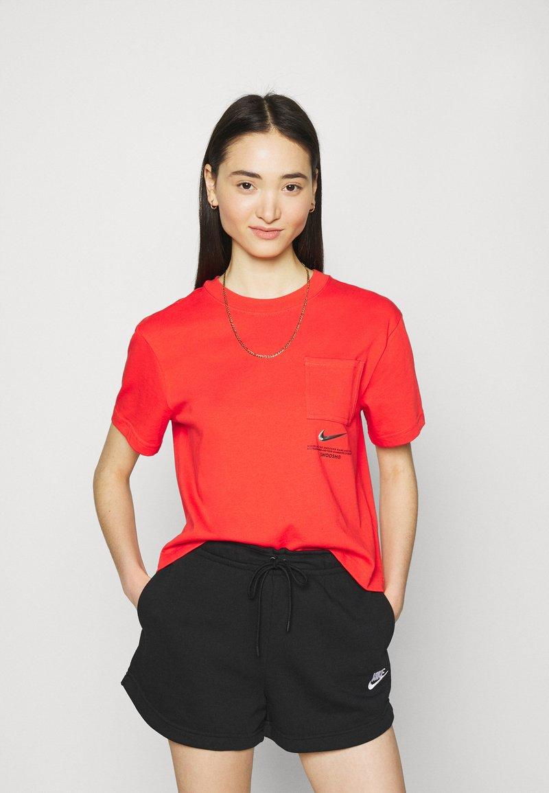 Nike Sportswear - T-shirt med print - light crimson/black