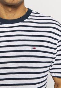 Tommy Jeans - STRIPE TEE - T-shirt z nadrukiem - twilight navy / white - 5