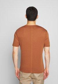 Joseph - CREW  - Jednoduché triko - rust - 2