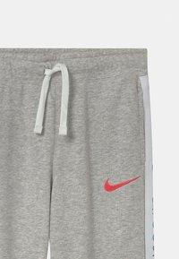 Nike Sportswear - Teplákové kalhoty - grey heather/bright crimson - 2