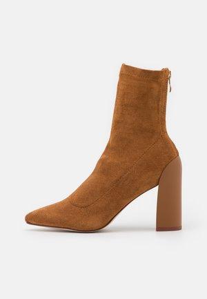 VANESSA - Kotníková obuv na vysokém podpatku - cognac