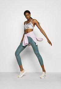 Nike Performance - INDY SKY BRA - Sport-BH med lätt stöd - smoke grey/black/white - 1