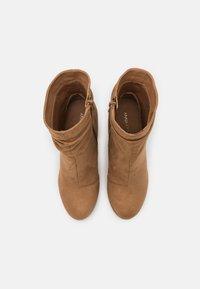 Anna Field - Kotníková obuv na vysokém podpatku - camel - 5