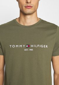 Tommy Hilfiger - LOGO TEE - Print T-shirt - green - 4