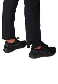 ASICS - CORE WOVEN PANT - Verryttelyhousut - performance black - 5