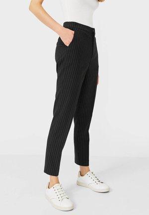 MIT GUMMIZUG - Trousers - black