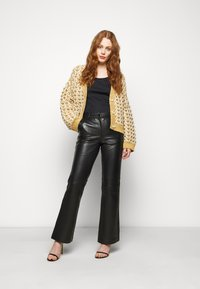 STUDIO ID - AMBER  - Leather trousers - black - 1