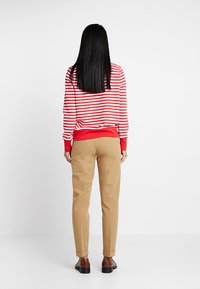 Tommy Hilfiger - HERITAGE - Pantalones chinos - classic camel - 2