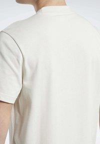 Reebok Classic - CLASSICS SPLIT VECTOR T-SHIRT - Print T-shirt - beige - 4