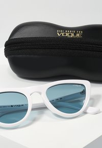 VOGUE Eyewear - GIGI HADID - Solbriller - blue - 3