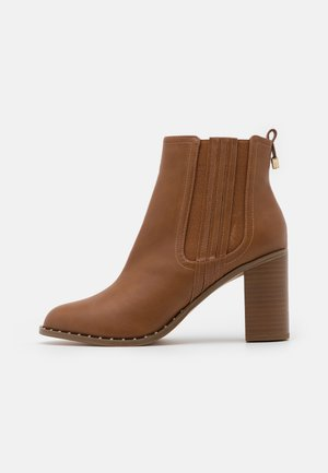 BARE CASUAL HEELED CHELSEA - Kotníková obuv na vysokém podpatku - tan