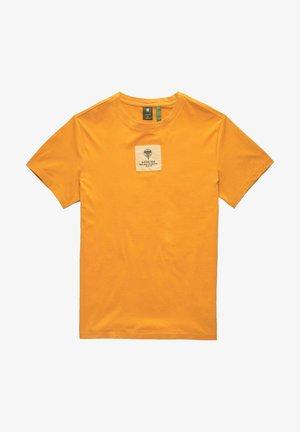 CENTER LOGO BADGE - Print T-shirt - amber