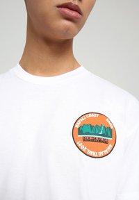 Napapijri - S-ALHOA - T-shirt med print - white graph m - 4