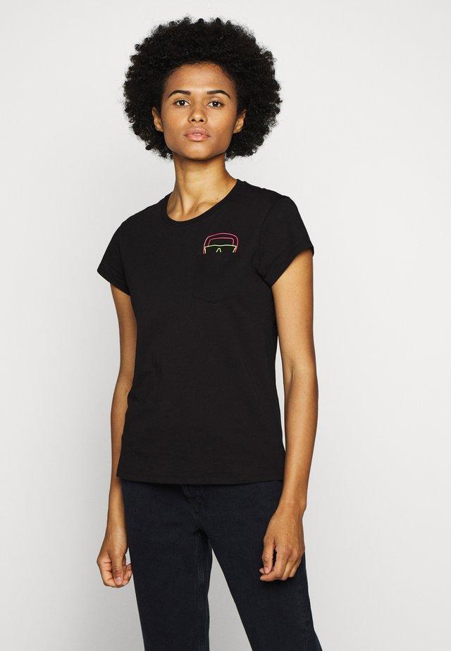 IKONIK POCKET TEE GLASSES - T-shirt z nadrukiem - black