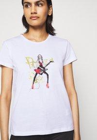 Patrizia Pepe - GITARRE - T-shirt z nadrukiem - bianco - 5