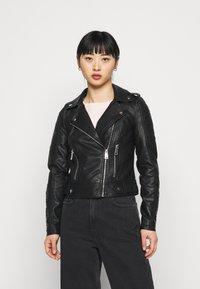 Vero Moda Petite - VMKERRIULTRA SHORT JACKET - Bunda zumělé kůže - black - 0