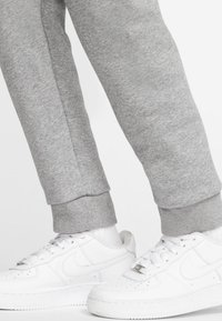 Nike Sportswear - CLUB PANT - Verryttelyhousut - carbon heather/smoke grey - 5