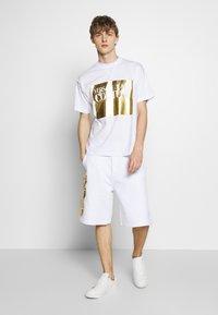 Versace Jeans Couture - LOGO - Pantalon de survêtement - white/gold - 1
