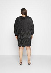 Vero Moda Curve - VMFIE SHORT DRESS - Denní šaty - black/birch dot - 2