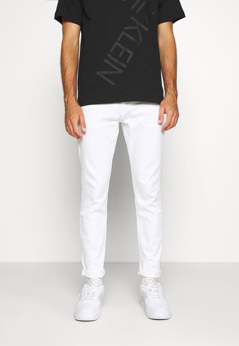 Hollister Co. - SPRSKNY  - Skinny džíny - white