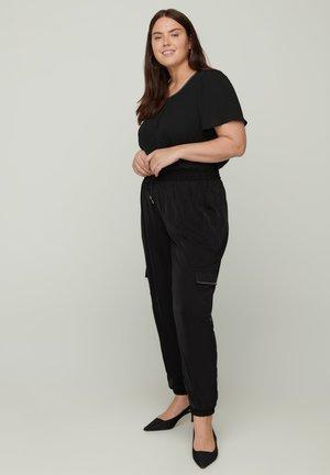 MIT GROSSEN TASCHEN - Trousers - black