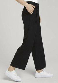 TOM TAILOR - MIT WEITEM BEIN - Trousers - deep black - 3