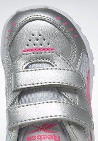 Reebok - REEBOK XT SPRINTER SHOES - Chaussures de running neutres - silver - 6