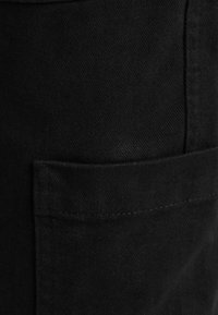 Bershka - MIT KETTE - Reisitaskuhousut - black - 4