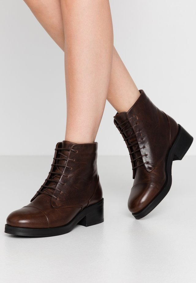 DISTRICT LACE UP BOOT - Stivaletti stringati - brown