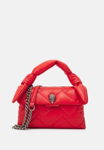 KENSINGTON BAG HANDLE - Taška spříčným popruhem - red