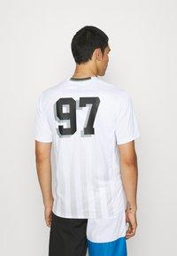 STAPLE PIGEON - VERTICAL SOCCER UNISEX - Print T-shirt - white - 2