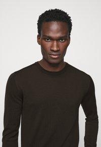 J.LINDEBERG - LYLE CREW NECK - Stickad tröja - dark brown - 5