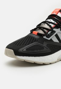 adidas Originals - ZX 2K BOOST UNISEX - Sneakers - core black/clear onix/clear brown - 7