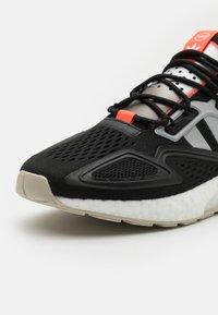 adidas Originals - ZX 2K BOOST UNISEX - Matalavartiset tennarit - core black/clear onix/clear brown - 7