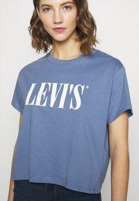 Levi's® - GRAPHIC VARSITY TEE - T-shirts med print - serif blue - 8