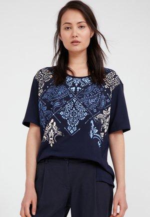 MIT ORNAMENT-DRUCK - T-shirt imprimé - cosmic blue