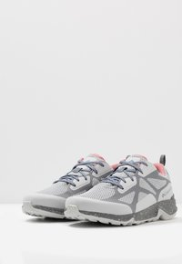 Columbia - VITESSE OUTDRY - Trekingové boty - grey ice/canyon rose - 2